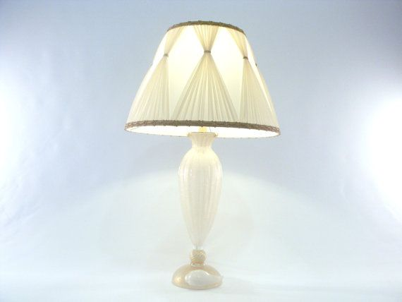 Enchanting table lamp with white pulegoso Murano glass base of the prestigious company Gabbiani in Venice. €1850,00