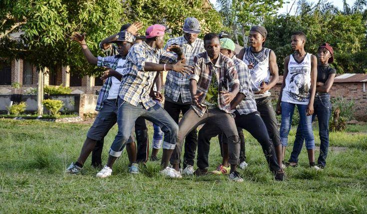 Camerún Un momento de la actuación del grupo camerunés de hip hop Elementrix Un rap contra la mala vida Un grupo de jóvenes ha encontrado en el hip hop una razón para alejarse del alcohol y las drogas y evitar embarazos prematuros