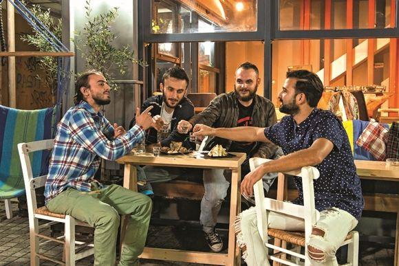 Bar που σερβίρει χορτοφαγικό; Στη Θεσσαλονίκη; Στην κλασική γειτονιά της πόλης που αναβιώνει, την πλατεία Άθωνος, υπάρχει το rOOTS• το πρώτο vegetari