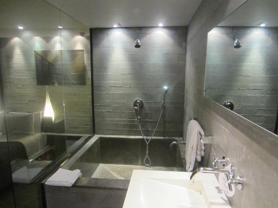 baignoire avec effet b ton brut tr s r ussi salle de. Black Bedroom Furniture Sets. Home Design Ideas