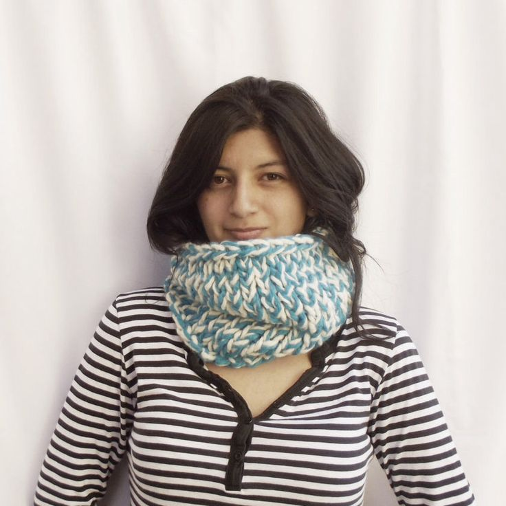 Chunky snood | Chunky cowl scarf | Cowl scarf |  Bright blue and white cowl scarf | Hand knitted snood | Hand knitted scarf | Infinity scarf de KnittingMonsters en Etsy https://www.etsy.com/es/listing/507055161/chunky-snood-chunky-cowl-scarf-cowl
