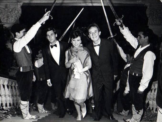 """Mochi, Gloria Cámara y Micky haciendo su entrada en el Festival de Cine de San Sebastián con motivo de la presentación de su película """"Megatón ye ye"""""""