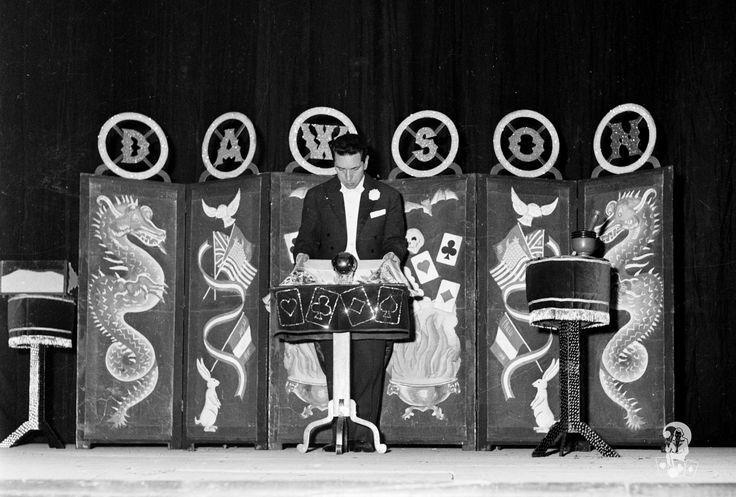 Il mago Dawson e la palla che sta per volteggiare dietro un foulard (Boccadifalco (PA)1955 ca).
