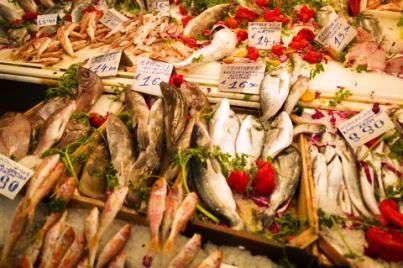 Μάθε να αναγνωρίζεις πού αλιεύθηκαν τα ψάρια που αγοράζεις.  http://www.foodmarket.gr/fm/%CE%BC%CE%AC%CE%B8%CE%B5-%CE%BD%CE%B1-%CE%B1%CE%BD%CE%B1%CE%B3%CE%BD%CF%89%CF%81%CE%AF%CE%B6%CE%B5%CE%B9%CF%82-%CF%80%CE%BF%CF%8D-%CE%B1%CE%BB%CE%B9%CE%B5%CF%8D%CE%B8%CE%B7%CE%BA%CE%B1%CE%BD-%CF%84/