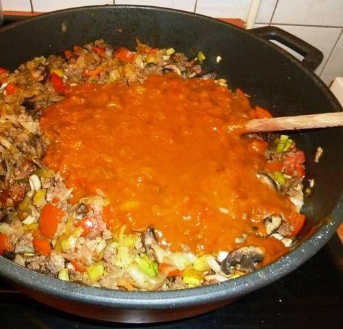 Ik wilde bij mijn Hongaarse zuurkool, hier de link; Hongaarse-zuurkool een saus maken die niet uit een pakje komt. (je weet dan in ieder geval wat erin zit)...