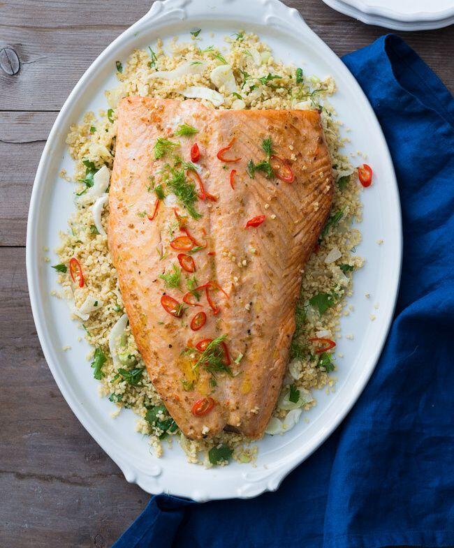 Ingredience: losos 800 gramů (filet s kůží), paprika chilli 1 kus (menší), koriandr 1 lžička (semínka), olej olivový, citron 1 kus, sůl, pepř, bulgur 300 gramů, vývar zeleninový 750 mililitrů, koriandr 1 hrst, petržel hladkolistá 1 hrst, máta 1 hrst, fenykl 1 kus, cibule 1 kus, citron 1 kus, sůl, pepř, olej olivový.