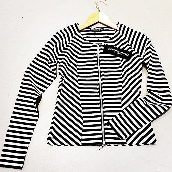 Juffrouw Jansen navy/wit gestreept jasje.  €120,-