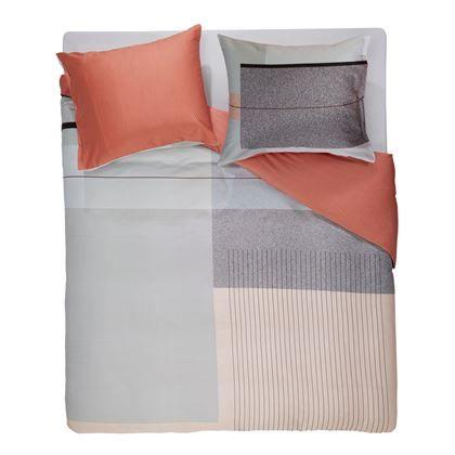 Je zou er haast van gaan staren in plaats van onderkruipen als je het Edge dekbedovertrek van Mae Engelgeer zo ziet. Het prachtige dessin met grafische print en moderne kleuren als gebrand rood, geeft de slaapkamer een moderne en luxe uitstraling.