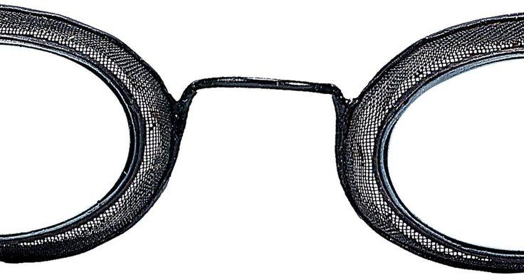 Como fazer óculos no estilo steampunk usando tampas de Gatorade. A moda steampunk reflete uma mistura eclética do estilo da era vitoriana com a tecnologia moderna da ficção-científica. Embora simples, essa combinação tão impressionante de elementos, pode ser difícil de se encontrar em lojas, uma vez que os trajes steampunk estão reservados para um mercado especializado que pode ser bem caro. Vários itens são ...