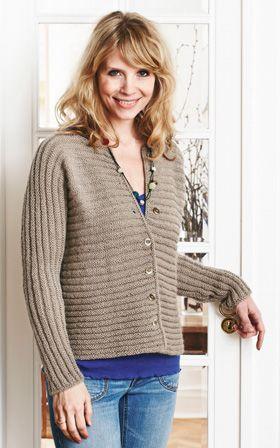 Denne skønne trøje er strikket i et nemt rillemønster helt uden skulder- og ærmesømme. Så et nemt strikkeprojekt, hvis du lige skal have gang i pindene igen.