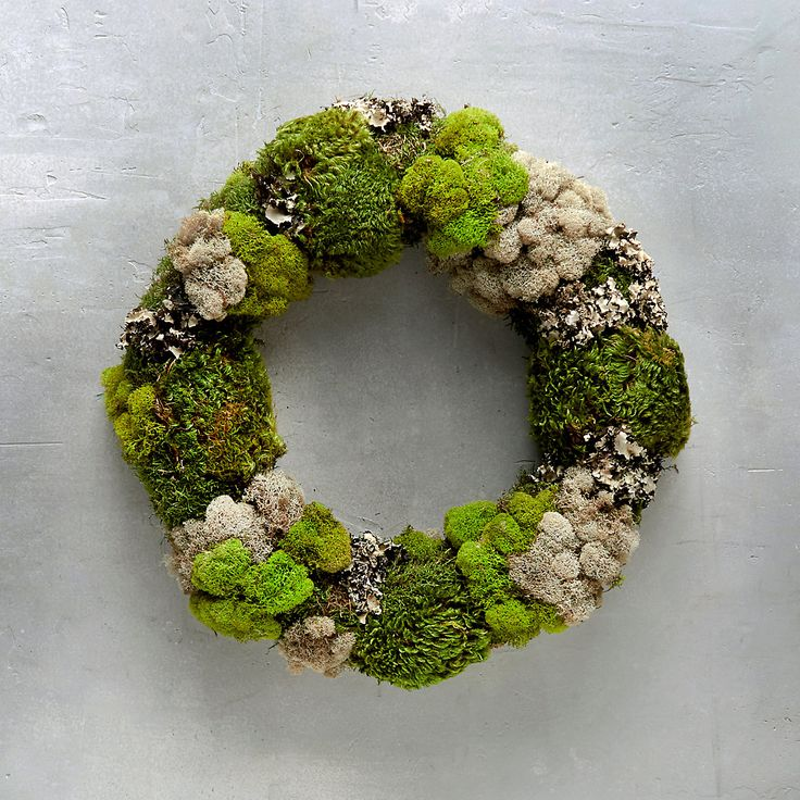 This vibrant natural moss wreath features preserved clump moss, reindeer moss, sheet moss and lichen. Buy this hand-crafted wreath today.