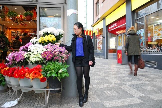 Flower shop :: Tạo dáng trước tiệm bán hoa Anděl