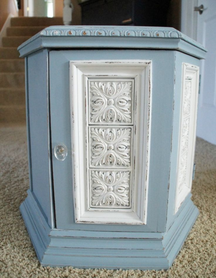 DIY Nightstand Makeover- This is too cute, and it looks similar to the one my mom just re-did!