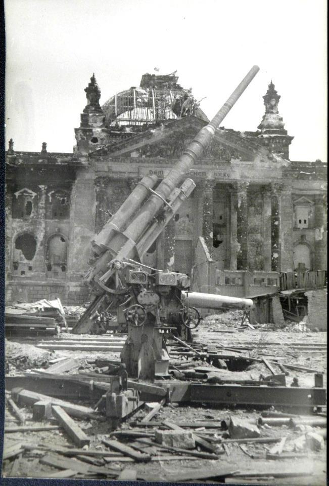 Flak 37 mit Behelfslafette. Berlin, 1945.