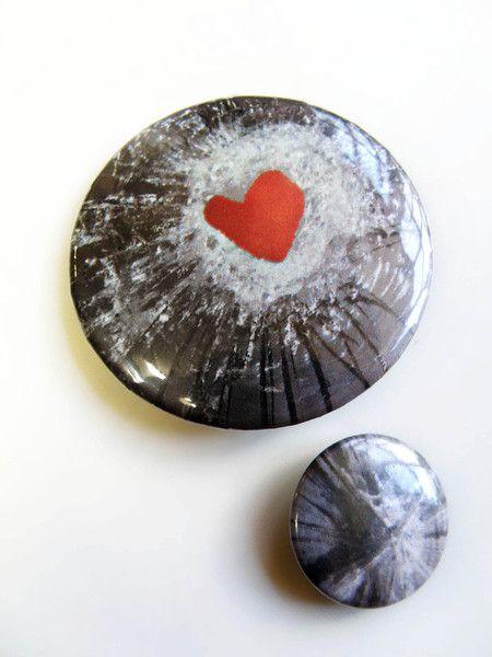 ...bestehend aus 2 Buttons unterschiedlicher Größe (25/55 mm). Das Motiv ist inspiriert von  *Hans Christian Andersens* Märchen Sneedronningen un...