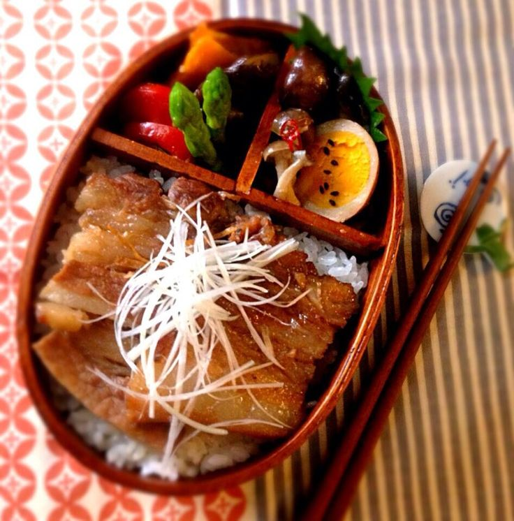 Twitter from @bisco_decorate 今日のダンナ弁は煮豚ドーンで! #obentoart #bento #お弁当
