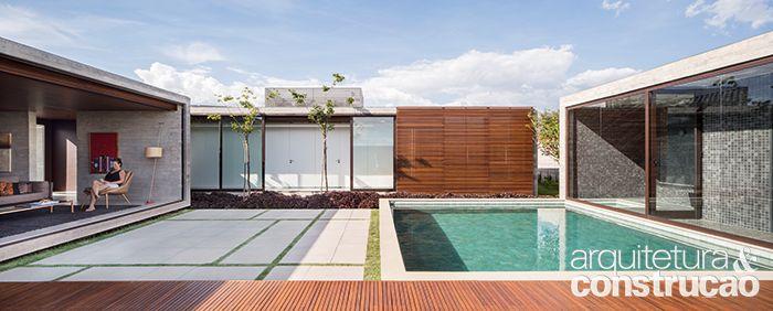 Casa esconde pátio onde a família relaxa e se diverte   Arquitetura e Construção