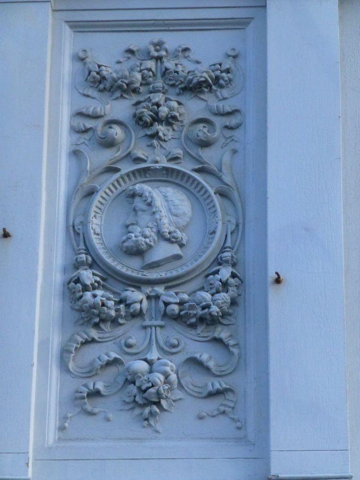 Medaljon på facaden til Søndergade 5. Relieffet her viser Zeus.