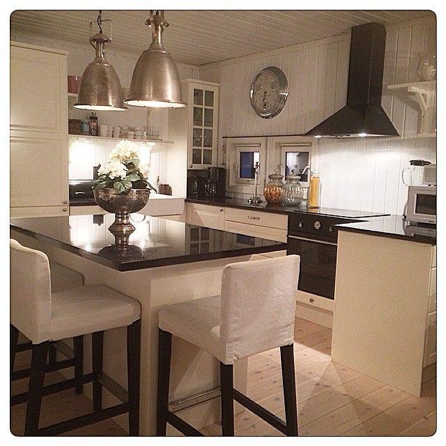 Fin lørdagskveld til dereHave a nice Saturday evening #kjøkken #kitchen #mitthjem #myhome #granitt #benkeplate #rivieramaison #artwood #lenebjerre #homeandcottage #interior123 #interior9508 #fina_hem #classyliving #hem_inspiration #interior #interiør #inspirasjon #inspiration #passion4interior #lingdelux1 #instahome