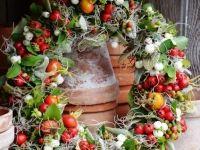 Een krans van besjes, rozenbottels, kleine appeltjes, groen…heel sfeervol voor aan de deur of in een landelijk interieur. #krans #karelhendriksen #tuincentrum #KH_TC