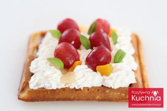 Gofer z bitą śmietaną i owocami - #przepis na najlepsze #gofry  http://pozytywnakuchnia.pl/gofry/  #kuchnia #sniadanie #deser