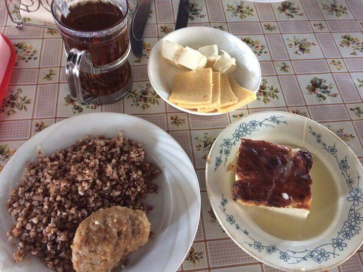 У нас вкусный завтрак :гречка с котлетой мясной, запеканка, сыр с маслом и сладкий чай #лучшийлагерь #nextcampвсмоленске #nextcamp #детямполезно
