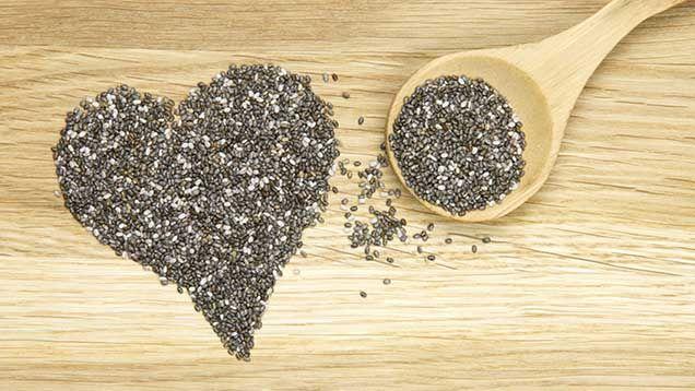 Chia betyder styrka och ett mer passande namn för detta frö finns inte. Chiafrön är rika på Omega 3, fiber, protein, kalcium och andra viktiga vitaminer. Många tror att chiafrön är ett nytt frö men sanningen är att chia använts sedan urminnes tider av Aztekerna och har sitt ursprung i Mexiko. Du kan använda chiafrön i matlagning, bakning och i drycker. Några vanliga saker man kan göra med chiafrön är chiapudding, chiagröt, chiasmoothie, chiapannkakor och chiabröd.Eller så tar du en…