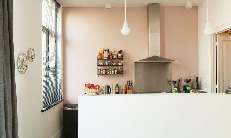 The Socialite Family | La cuisine de Kelly Claessens et Benoît Deneufbourg. #famille #family #bruxelles #brussels #belgique #belgium #design #lafabrika #benoîtdeneufbourg #white #blanc #colours #couleurs #scandinaviandesign #designlovers #homedecor #interiordecoration #kitchen #cuisine #pink #rose #emente #lamp #lumière #inspiration #idea #home #thesocialitefamily