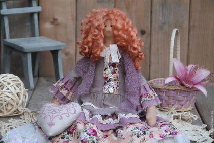 Купить или заказать Тильда Беттина, сестра Бетти в интернет-магазине на Ярмарке Мастеров. Тильда Беттина очень похожа на свою сестру Бетти, но все-же она - совсем другая! Со своим характером, своим взглядом на мир)). У Беттины очень пышные волосы, нарядное платье, украшенное шебби-лентами, кружевом, рюшами. панталончики из тончайшего батиста и кружева.Обута барышня в кожаные ботиночки с замшевой подошвой, в руках держит льняное вышитое сердечко.