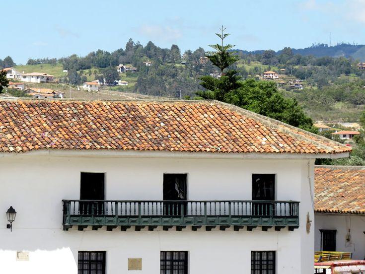 20. Existe uniformidad de arquitectura entre las casas del pueblo y las de las afueras. Todas son blancas y con techos de teja en barro.