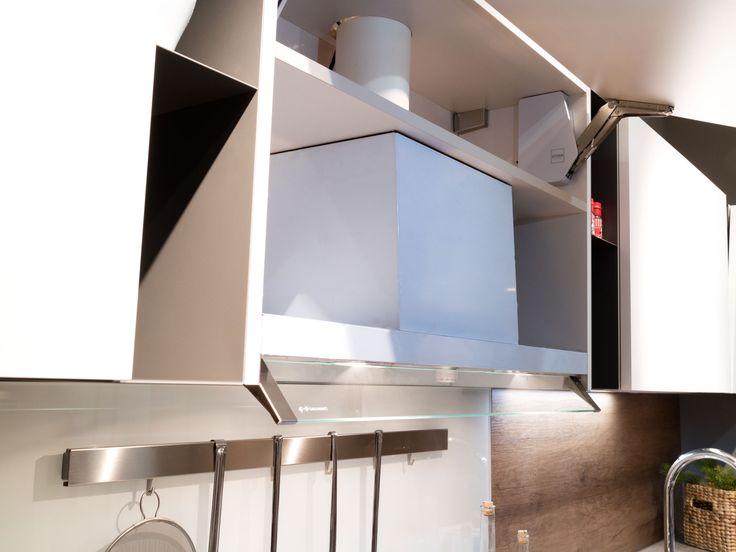 #Cappa a totale #scomparsa in #ante diagonali. #cucina #pianohpl #hpl #laccato #moderno #contemporaneo #vintage #stile #nordico #bianca #lavello #vetro #magnetico #personalizzato #progetti #interior #design #progetti #madeinitaly #elettrodomestici #STOSA