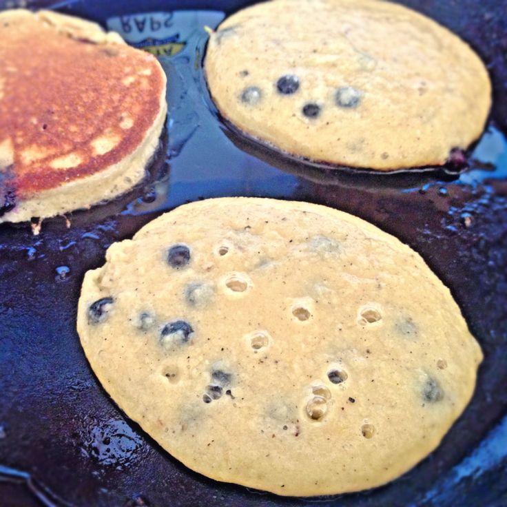 Recipein ENGLISH Jag älskar de här naturligt glutenfria och mjölkfria pannkakorna! Fantastisk, snabblagad frukostmat eller lyxig brunch. När jag har blåbär direkt i smeten för Blueberry Pancakes b...