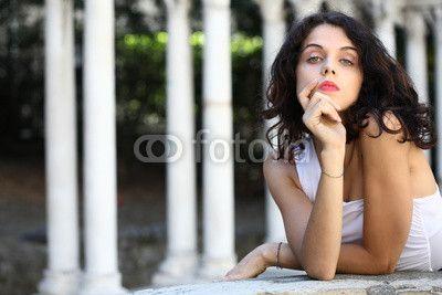 Giovane donna con vestito bianco