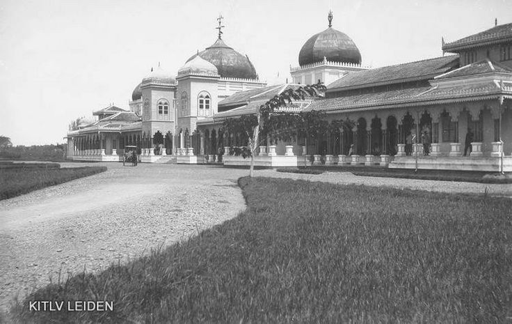1910_'Karapatan' of the Sultanate of Deli at 'Jalan Radja', Medan (from KITLV Leiden)