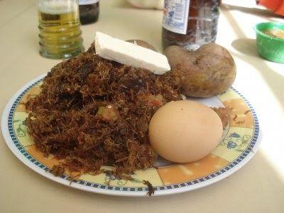 Ingredientes:  (Para 4 personas)  ½ Kg. De charque de llama o res 4 papas 1 lb. de maíz pelado y cocido (mote de maíz) 2 huevos 2 cebollas ...