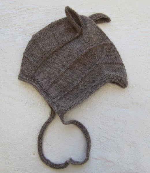 Mørkegrå baby hue med små 'ører'.  Strikket i skøn ren Alpaca uld. Dejlig blød til babyer.