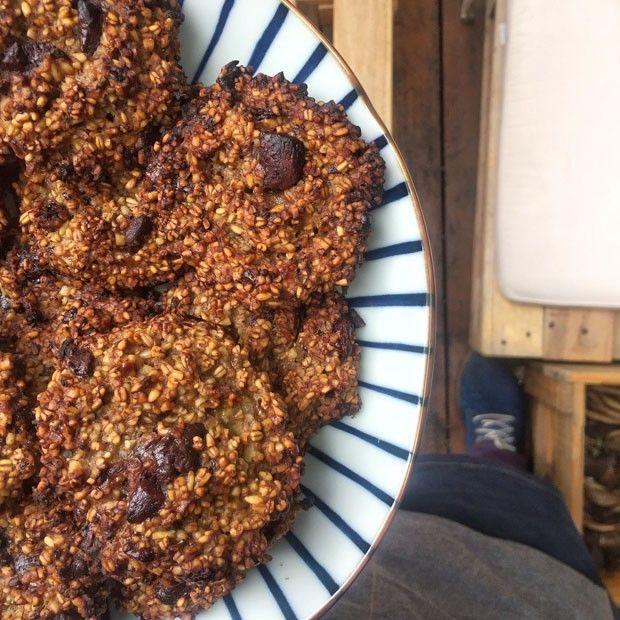 Receita de cookie sem farinha leva banana, aveia e chocolate amargo (Foto: Simplesmente)