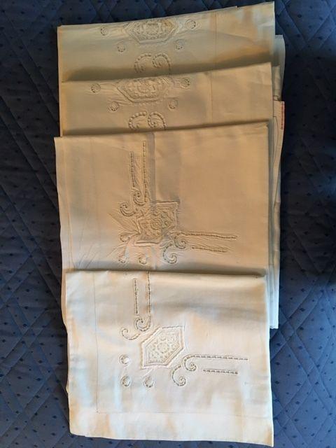 Online veilinghuis Catawiki: Twee linnen lakens met bijbehorende slopen met prachtig handwerk, Nederland, eerste helft 20e eeuw