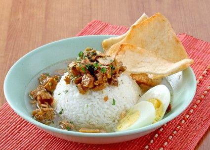 Nasi bakmoy adalah nasi putih berkuah dengan toping tumisan ayam yang super lezat. Rasanya segar dan tentunya cocok di lidah. Pas sekali jadi menu sarapan yang bisa membangkitkan semangat untuk memul