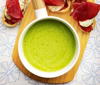 En krämig broccolisoppa med lyxig mozzarellatoas som tillbehör. Soppan görs genom att lök och potatis fräses i en kastrull innan vatten, buljong och broccoli tillsätts för att koka. Servera soppan med en frasig toast gjord på mozzarella och tomatpuré.