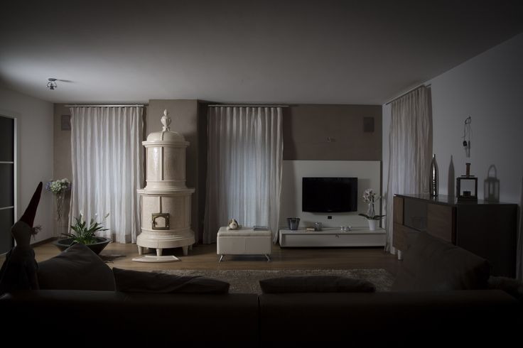 Stufa Sissi Stufa in maiolica a legna (o elettrica) fatta a mano.  #stufecollizzolli #stufe #handmade #madeinitaly  #ceramica #stube #kachelofen #tirolesi #antiche #elettriche #calore #fuoco #camino #stove #kamin #fireplace #argilla #olle #ole #stoves #design #fuoco #chalet #baita #loft #arredo #arredamento #woodstove #calore #trentino #kamin #stufe #ceramic #legna #tirolese #decorata #fattoamano #maiolica #personalizzata #wood #refrattario #accumulo #artigianato #italy #arte #pittura…
