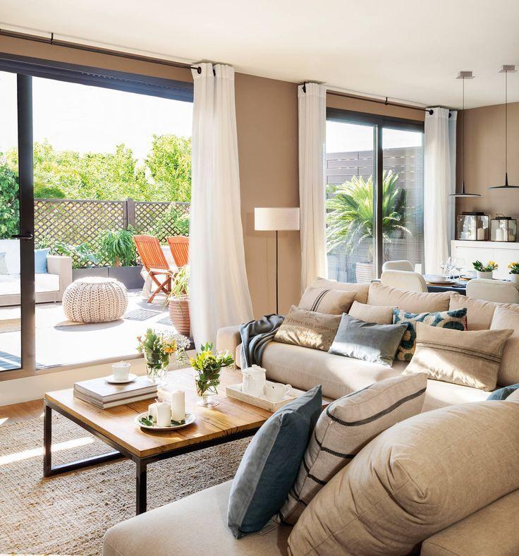 Salón con salida a la terraza, sofá rinconero, mesa de