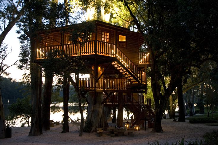 A aventura está no ar. The adventure is in the air. This tree house is completely supported by the trees.