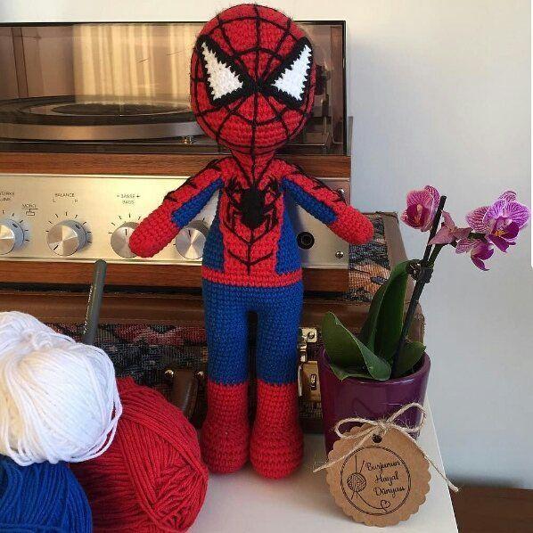 Emek ve sunum sahibi ellerinize sağlık @burjununhayaldunyasi Yinemi güzeliz yinemi örümcek adam #amigurumi#handmade#knit#crochet#spiderman#örgüoyuncak#elyapımı#elişi#tığişi#oyuncak#oyunarkadaşı#uykuarkdaşı#sağlıklıoyuncaklr#bebek#çocuk#hediye#burjununhayaldunyasi#gurumigram#10marifet @gurumigram @10marifet by hobim_instanbul
