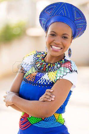 african beads: giovane donna sudafricana zulu in abiti tradizionali ritratto all'aperto
