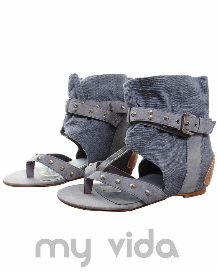 BLU - https://www.myvida.org/scarpe/sandali-donna-infradito-gladiatore-jeans - Sandali jeans donna con infradito. Sandalo tipo gladiatore con borchie, zeppa interna e tacco basso.