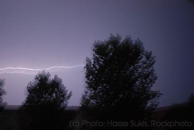 Motala 110723, Åskväder på natten mellan den 22 och 23 juli 2011. En blixt fotograferad på frihand med lång slutartid. © Foto: Hasse Sukis
