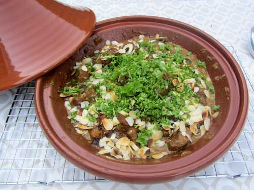 Voor 6 personen  800 gram lamsvlees in blokjes rasp en sap van 1 (biologische) sinaasappel 1,5 groente bouillonblokje 4 – 6 gesnipperde sjal...