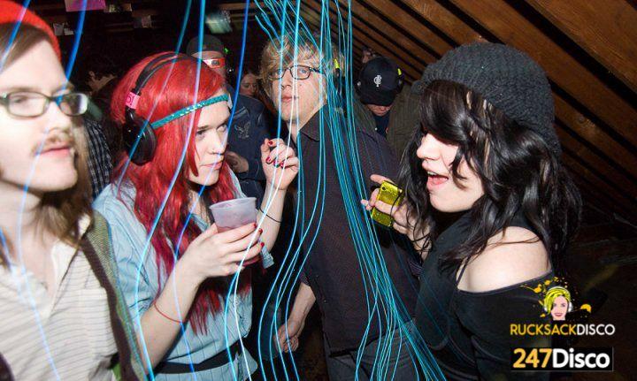 Silent Disco Party Leise disco rucksack disco mieten http://www.247disco.de /Telefon-Nr. 015739275975. Die Disco für zuhause. Zuhause ständig mit schallender Musik Partys feiern kann den Nachbarn schon zur Weißglut treiben. Wenn sie dann auch noch ein angenehmes Verhältnis zu ihrer Umgebung pflegen wollen, dann ist das Thema Partys schnell vom Tisch oder nur maximal ein paar Mal im Jahr möglich. Damit ist jetzt Schluss, denn ab sofort können sie so viele Partys schmeißen wie sie wollen.
