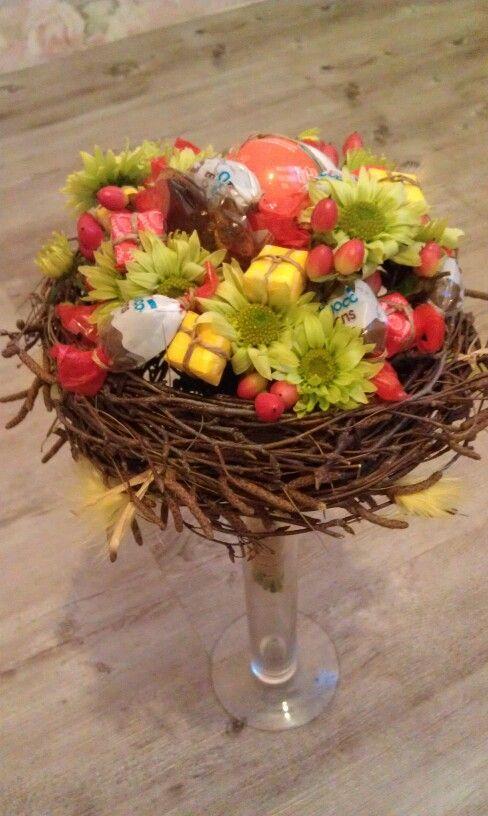 Детский букет на каркасе из березовых веток. Использованы сладости и цветы с гиперикумом.